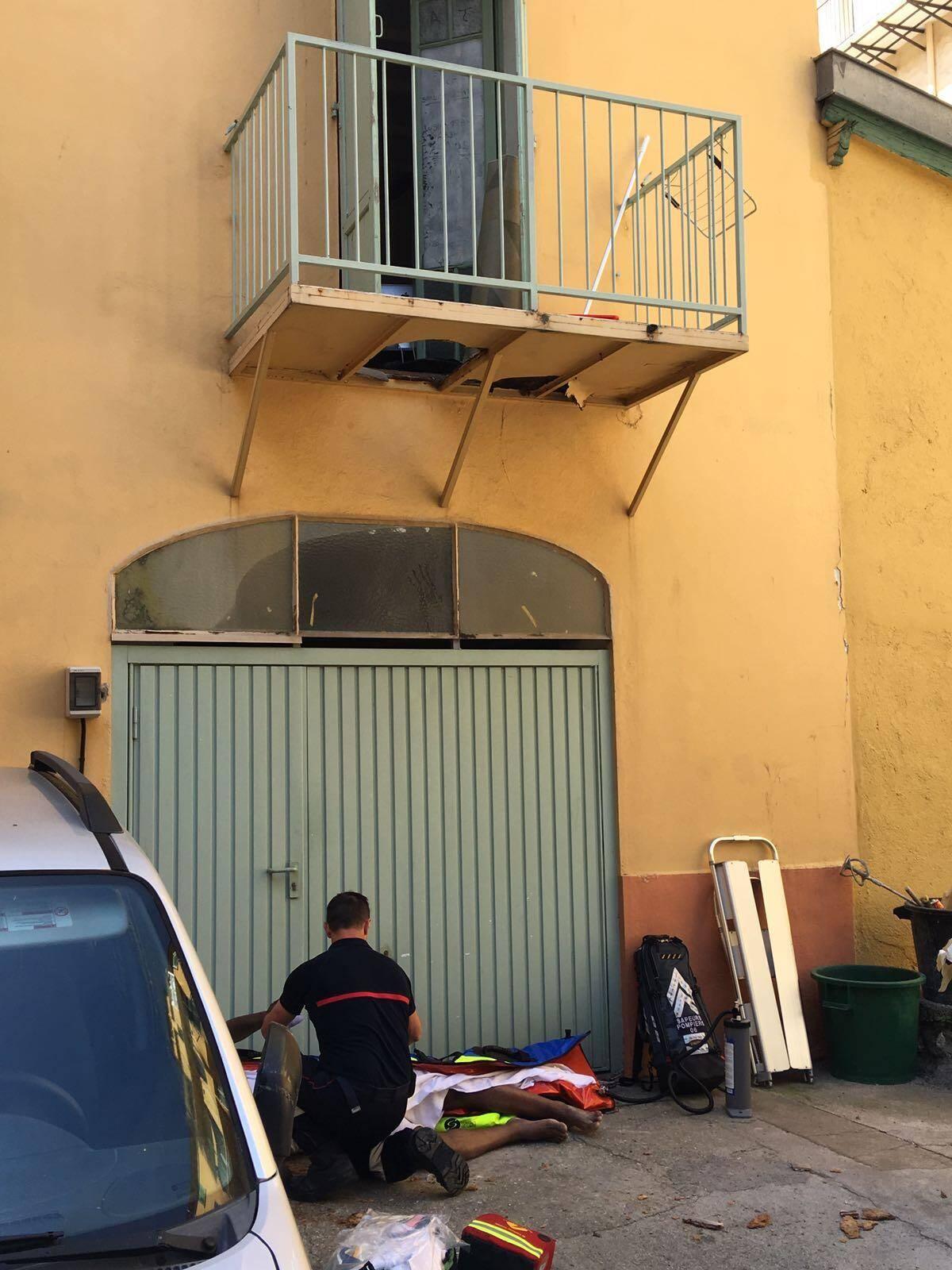 Le jeune homme juste après sa chute, lors de l'intervention des pompiers et du Samu. Puis, en bas, à l'hôpital. À droite, le trou dans le balcon en aggloméré.