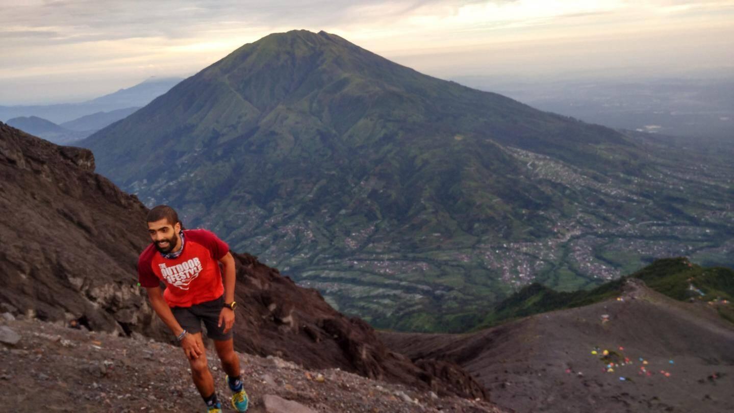 En pleine ascension du Merapi, volcan le plus actif d'Indonésie. Au loin, le Merbabu. Nous sommes ici sur l'île de Java.