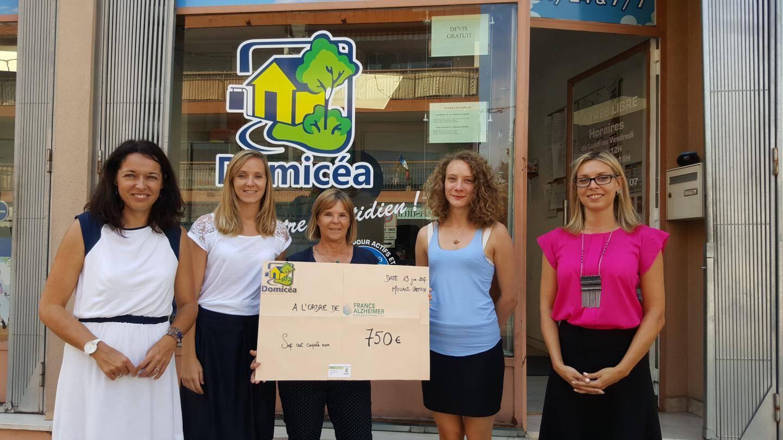 Les bénévoles ont remis un chèque de 750 euros à Isabelle Daureu de l'association France Alzheimer.