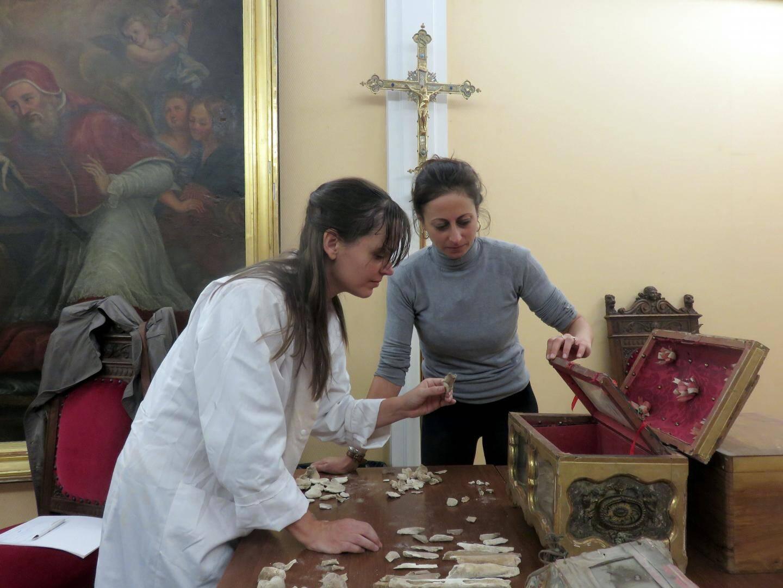 Le travail d'inventaire effectué dans les locaux de la cathédrale par Emilie Perez (à droite) et Elena Rossoni-Notter.