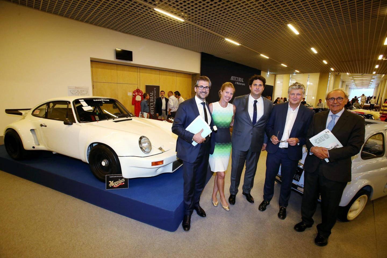De gauche à droite : la Porsche Carrera RSR 3L (1974) vendue 1.769.300 euros avec les frais. Matthieu Lamoure, commissaire-priseur et directeur d'Artcurial Motors. Louise Grether, directrice du bureau Artcurial de Monaco. Pierre Novikoff, directeur-adjoint d'Artcurial Motors. François Tajan, président délégué d'Artcurial. Et Hervé Poulain, mythique commissaire-priseur.
