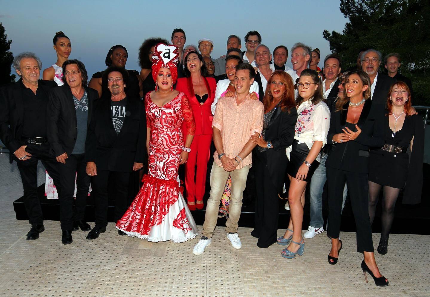 Quand la séance photo se transforme en karaoké... hier soir, tout le monde s'est mis à chanter «Ouragan».