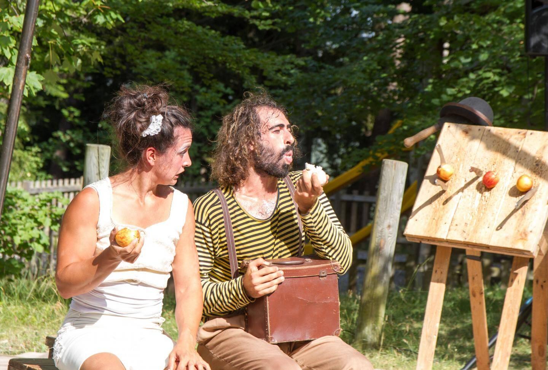 Wanda Mañas et Paulo Perelsztein forment la compagnie El tercer ojo. Tour à tour, jongleurs, acrobates, clowns et équilibristes, ils ont assuré un véritable moment de poésie. Le public a ri, rêvé et souffert pour eux : le spectacle est aussi très physique, ils ont réalisé une performance sous ce soleil de plomb.