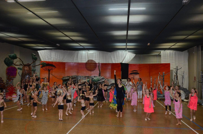 Salut final pour Mélissa et ses 50 danseuses, sur fond de savane africaine, au terme de 4 heures de spectacle.