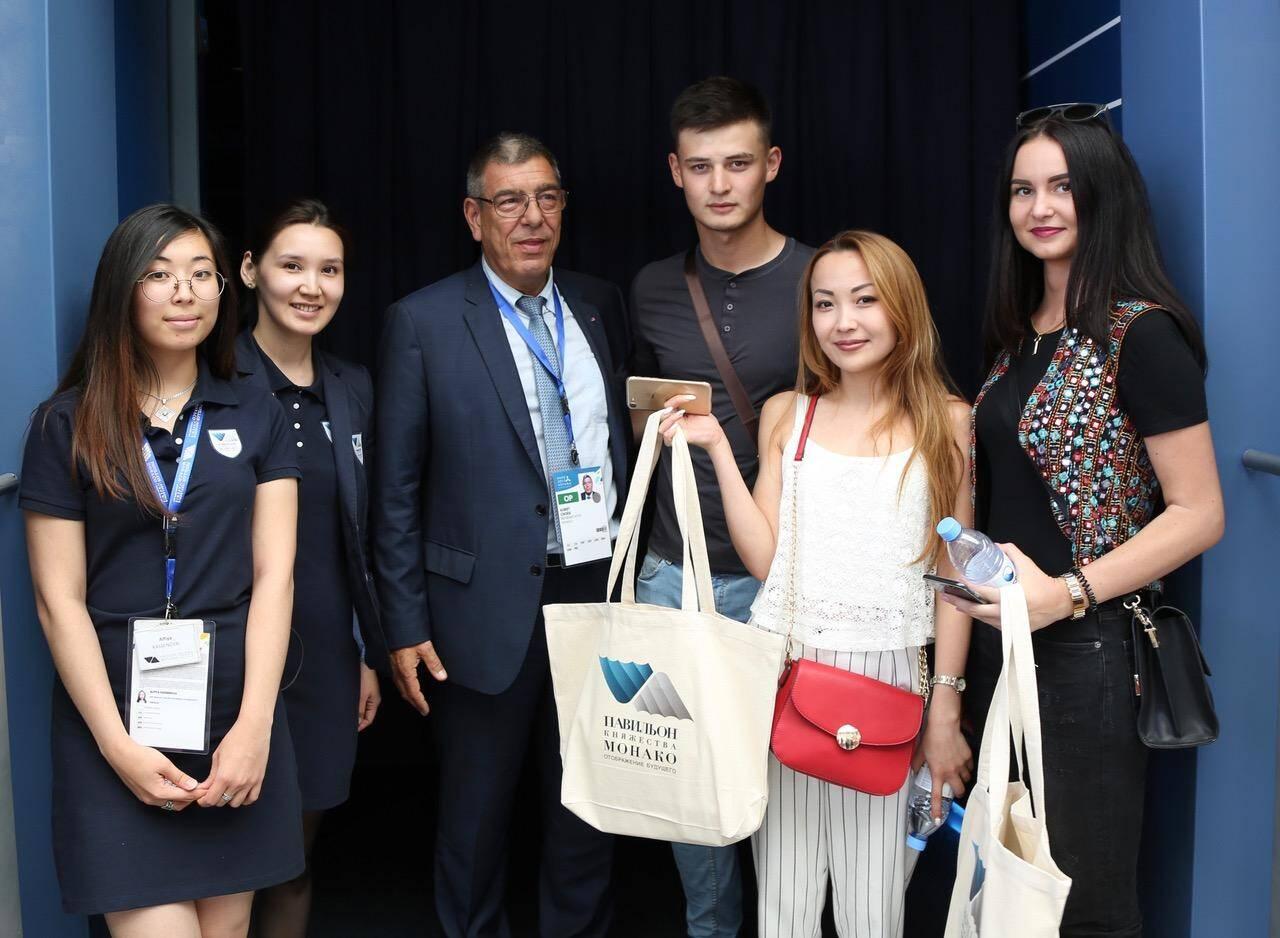 Le directeur général de Monaco Inter Expo a accueilli les 100 000e visiteurs du pavillon monégasque à Astana. Et c'est une jeune femme, Alexandra Syusino.