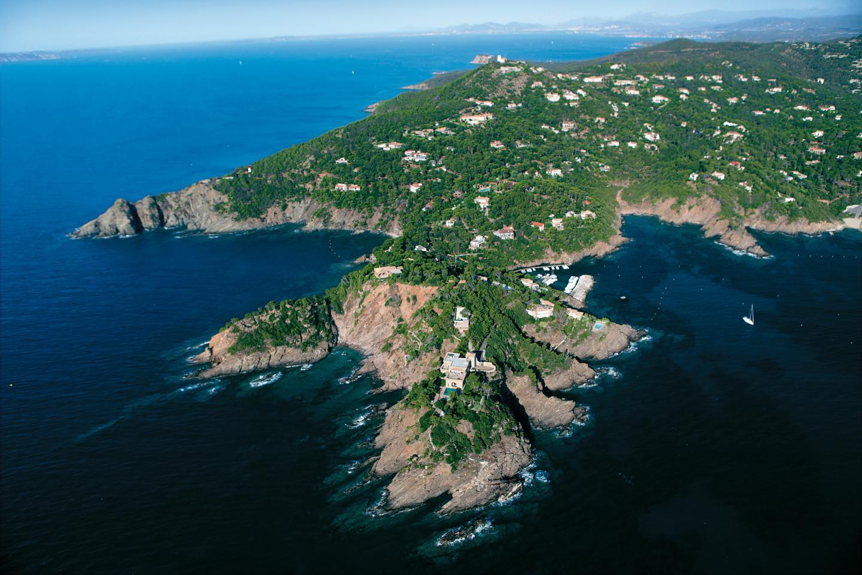 Le Cap Bénat, à Bormes-les-Mimosas, regroupe une centaine de luxueuses maisons au sein de plusieurs copropriétés.