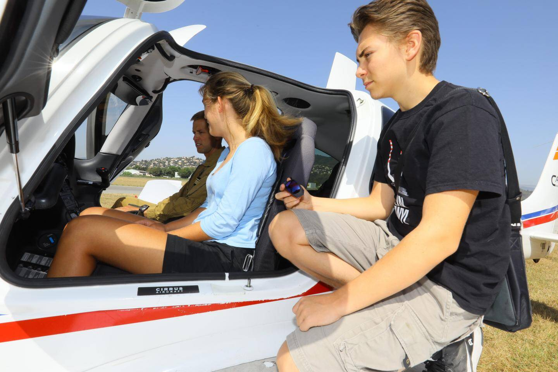 De jeunes élèves de 15 à 25 ans, titulaires du brevet d'initiation aéronautique, ont rencontré des élèves officiers pilotes et leurs instructeurs sur le tarmac de l'aéroport de Cannes-Mandelieu.