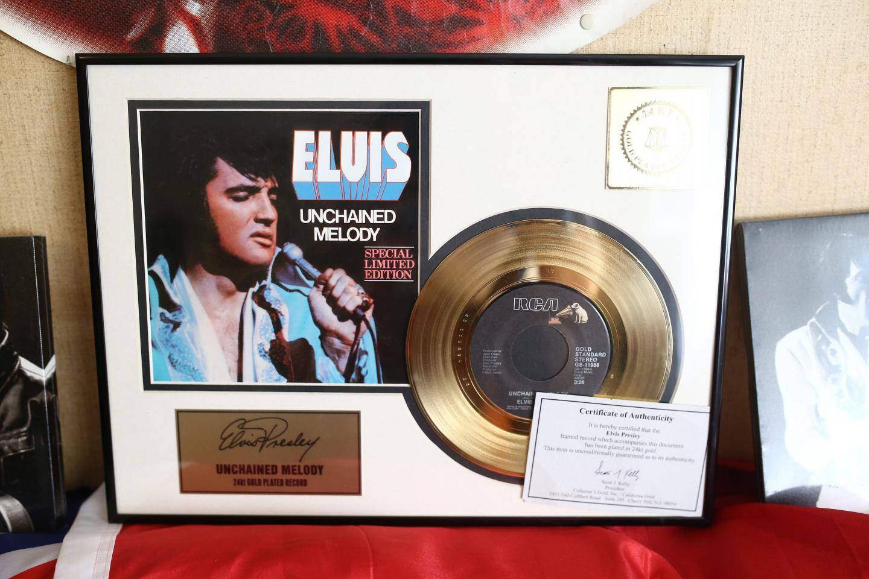 Parmi les reliques, un disque d'or.
