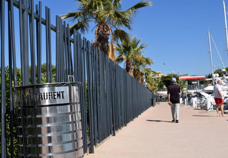 Pour empêcher la dégradation des équipements et des bateaux, une longue barrière a été installée tout autour des quais. Elle reste ouverte en journée, mais ferme la nuit.
