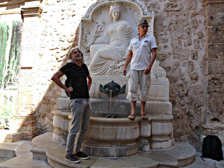 Luc Girerd et Jean-Michel Mayer, déjà dans la peau de leurs personnages lors du repérage du nouveau parcours du spectacle ambulant Les Promeneurs du temps qui démarre ce vendredi 25 août. Rendez-vous à 18 h 30 sur le parvis de la cathédrale.