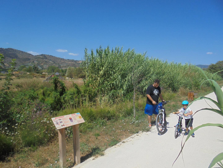Le canal du Béal offre un cadre agréable pour toute la famille, avec une vue splendide sur les massifs montagneux.