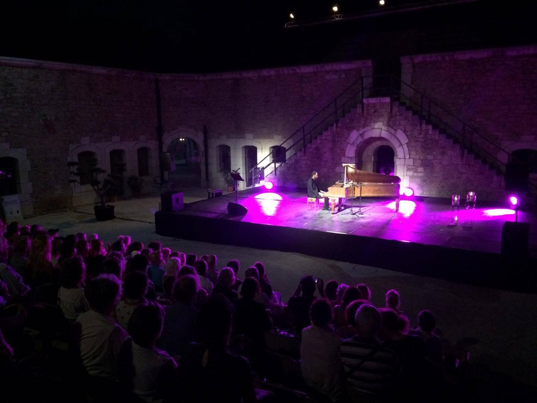 Le public savoure un moment d'exception au fort Napoléon, bercé par les notes de Chopin.