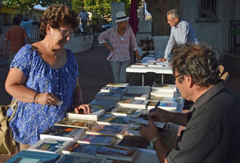 Partager entre eux et avec les lecteurs, dédicacer leurs ouvrages, ce fut un plaisir pour les huit auteurs invités.