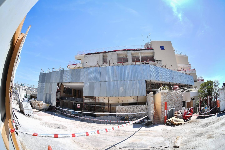 L'extension à l'Est et les parties latérales ont été totalement détruites. Seul le bâtiment principal a été conservé. Le désamiantage est en cours et devrait s'achever en septembre. Viendra ensuite l'étape du terrassement et la pose des premières fondations.