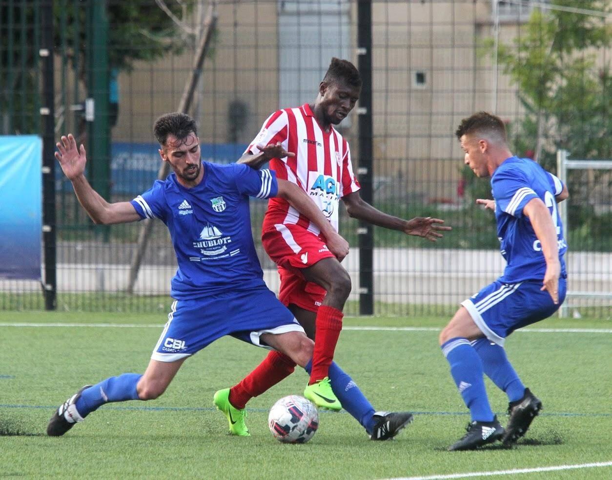 Le FC Antibes, en bleu, quitte la Coupe de France dès son entrée en lice.