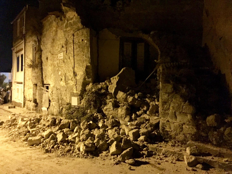 Décombres et maisons endommagées après le séisme de magnitude 4 qui a frappé la populaire île touristique italienne d'Ischia, au large de Naples, le 21 août 2017.