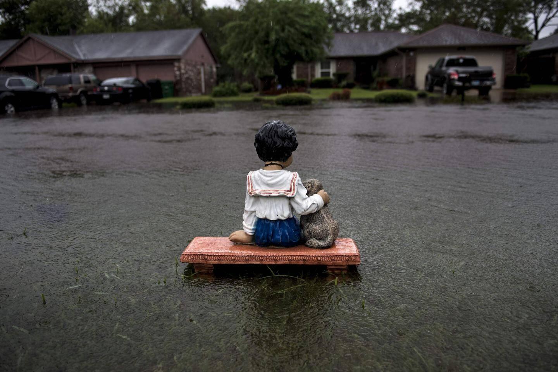 Un ornement de jardin trônant dans une propriété inondée à Houston.