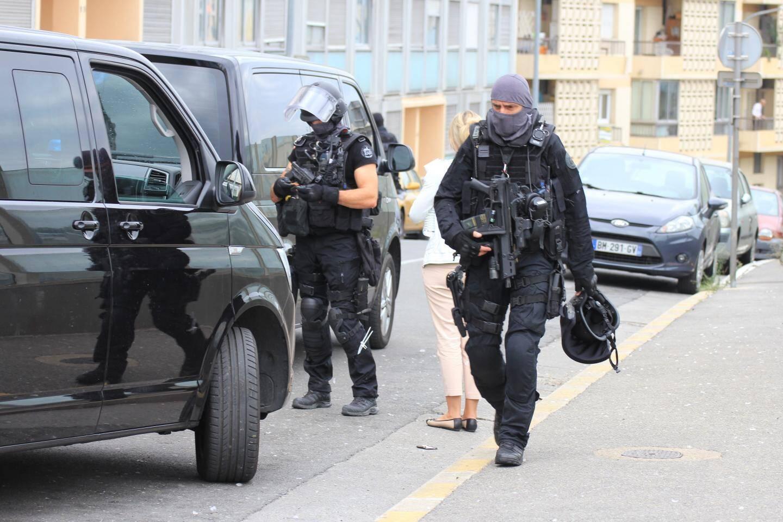 Le Raid est intervenu dans un appartement de l'avenue Saint-Augustin. Le négociateur de l'unité d'assaut a parlementé avec l'homme retranché chez lui (immeuble jaune en arrière-plan), avant qu'il accepte de se rendre sans opposer de résistance.