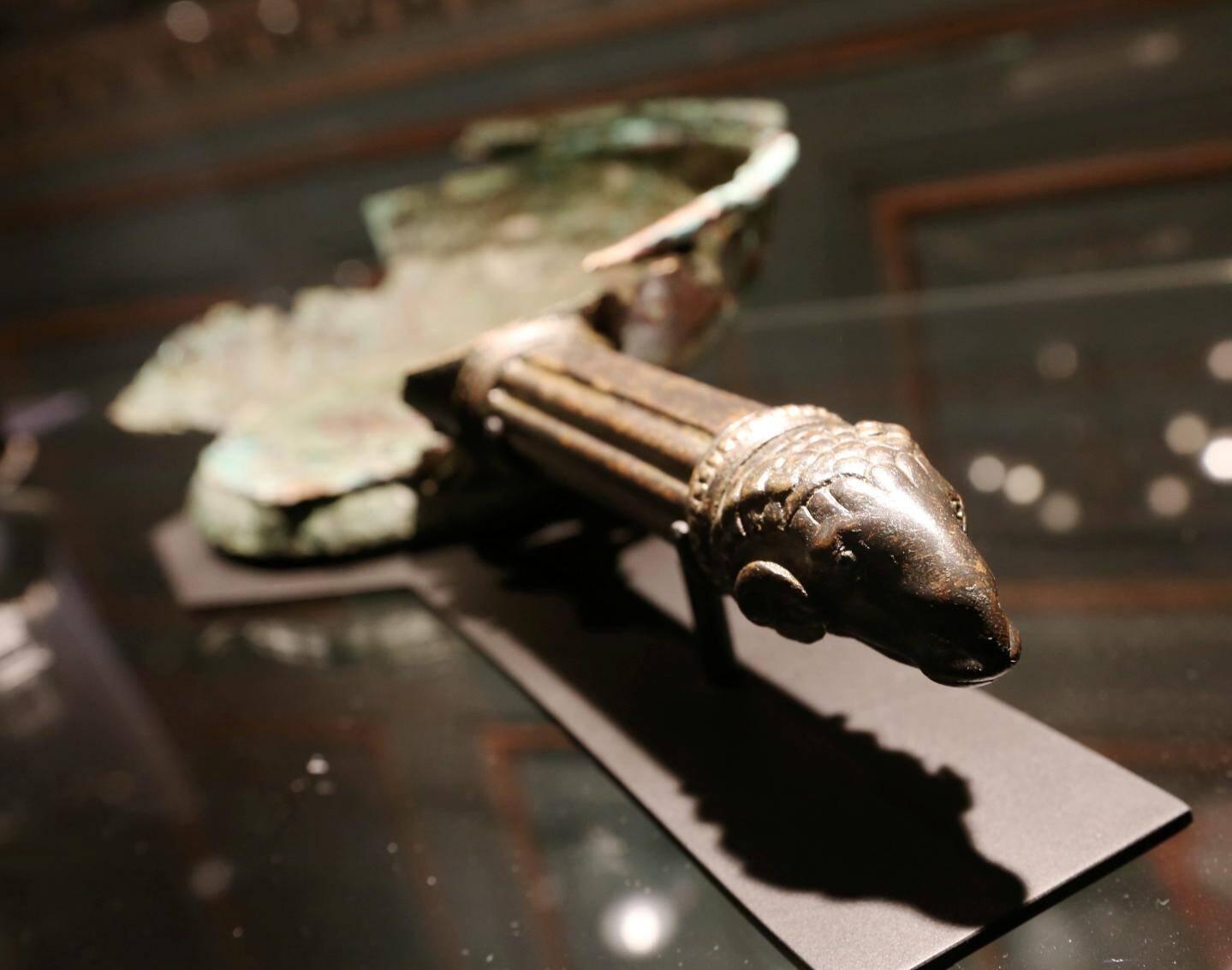 La poêle en bronze au manche zoomorphe.
