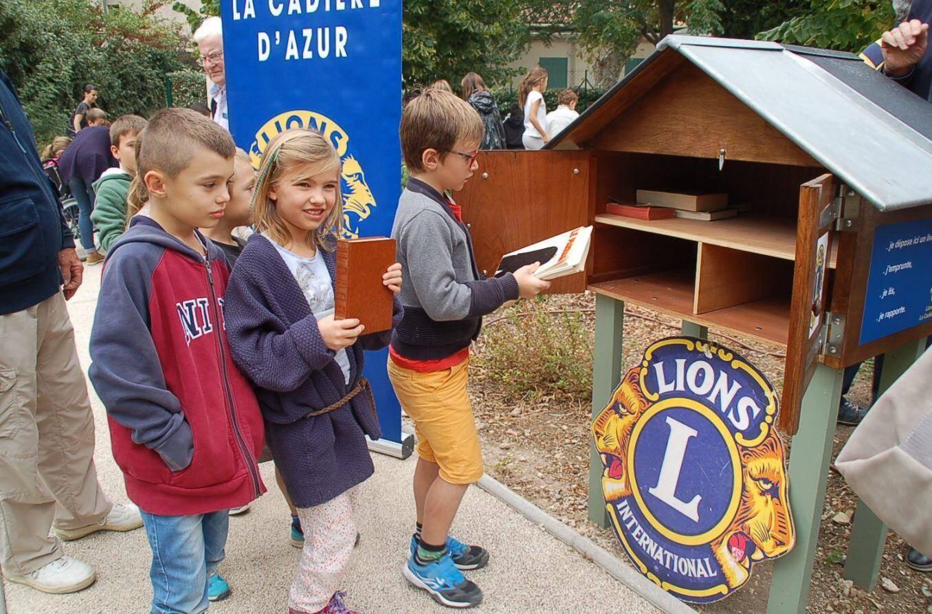 """Les enfants des écoles conviés pour cette inauguration ont rempli la """"cabane"""" des premiers ouvrages accessibles à tous."""