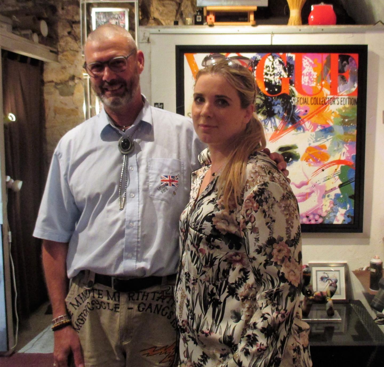 Les tableaux pop-art de Patrick Cornée ont tapé dans l'œil de la propriétaire belge Claire Thierry, ici à côté  du peintre.