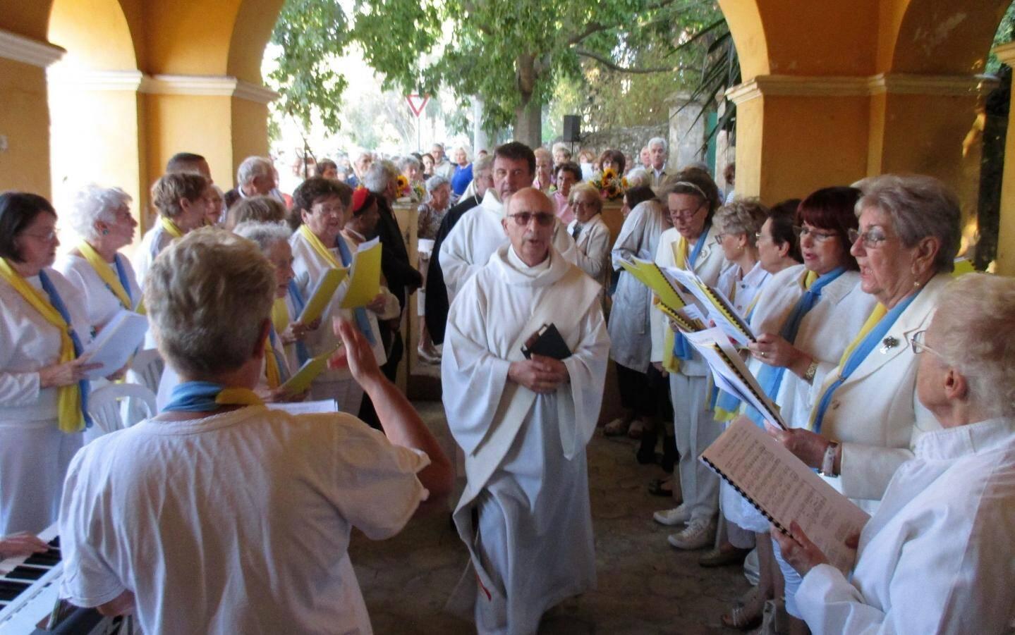 La chorale de Saint-Charles a animé la messe par ses chants.