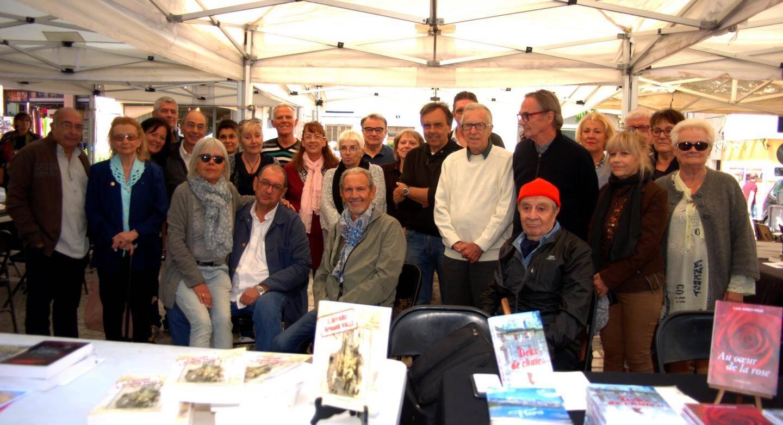 Les auteurs, invités pour ce premier salon du polar à Bandol, se sont prêtés avec   bienveillance aux séances de dédicaces.