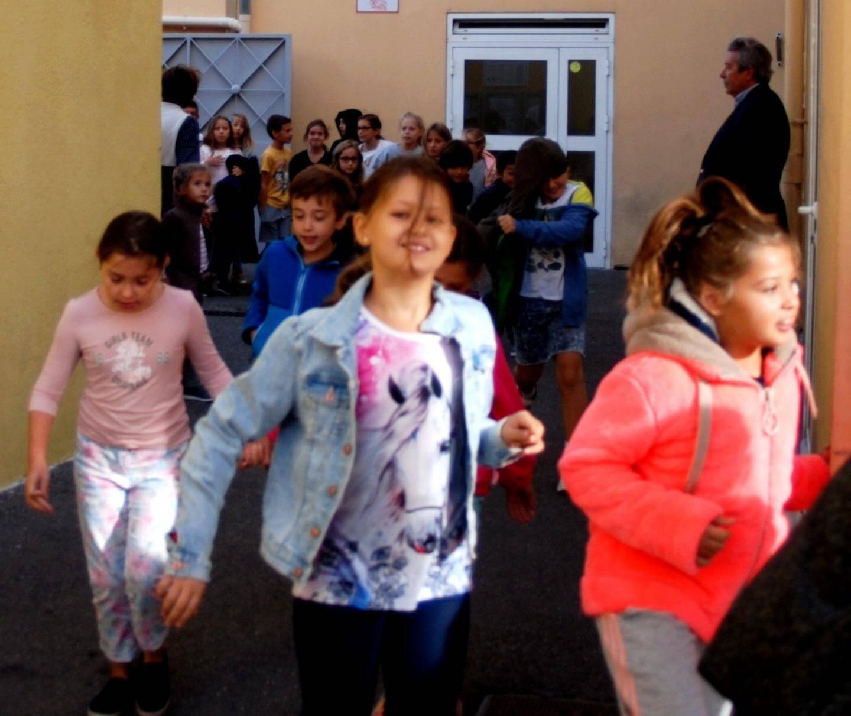Trois minutes plus tard, une fois sur place, les enseignants procèdent a l'appel individuel des élèves.