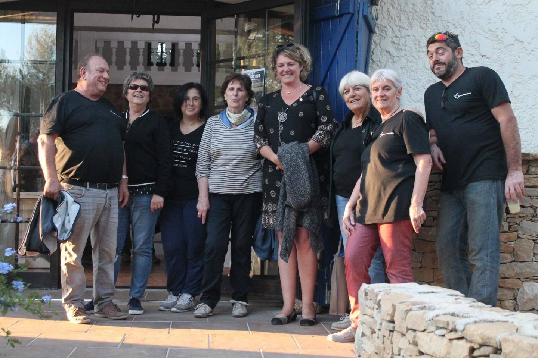 """Au centre, la députée Valérie Gomez-Bassac, les maires du Castellet et de Riboux, et Hélène Verduyn, président de """"Signes Environnement""""."""