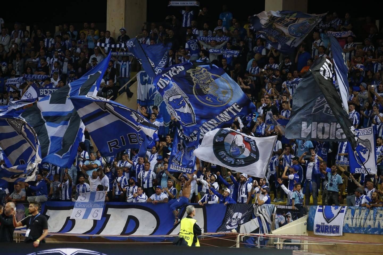 Le kop des supporters du FC Porto a fait le show au Louis-II.