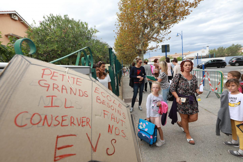Vendredi, les parents d'élèves ont fait signer une pétition et réalisé une grande affiche pour défendre le poste d'EVS, occupé par Jaouad Garrag, dont le contrat expire le 18 décembre.