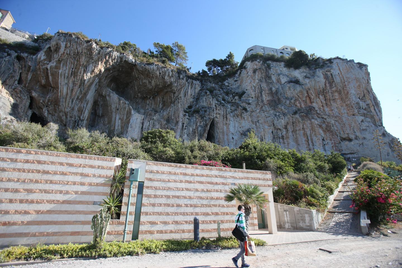 Surplombant la promenade à la frontière italienne, le site de Balzi Rossi a été occupé à différentes périodes de la préhistoire.