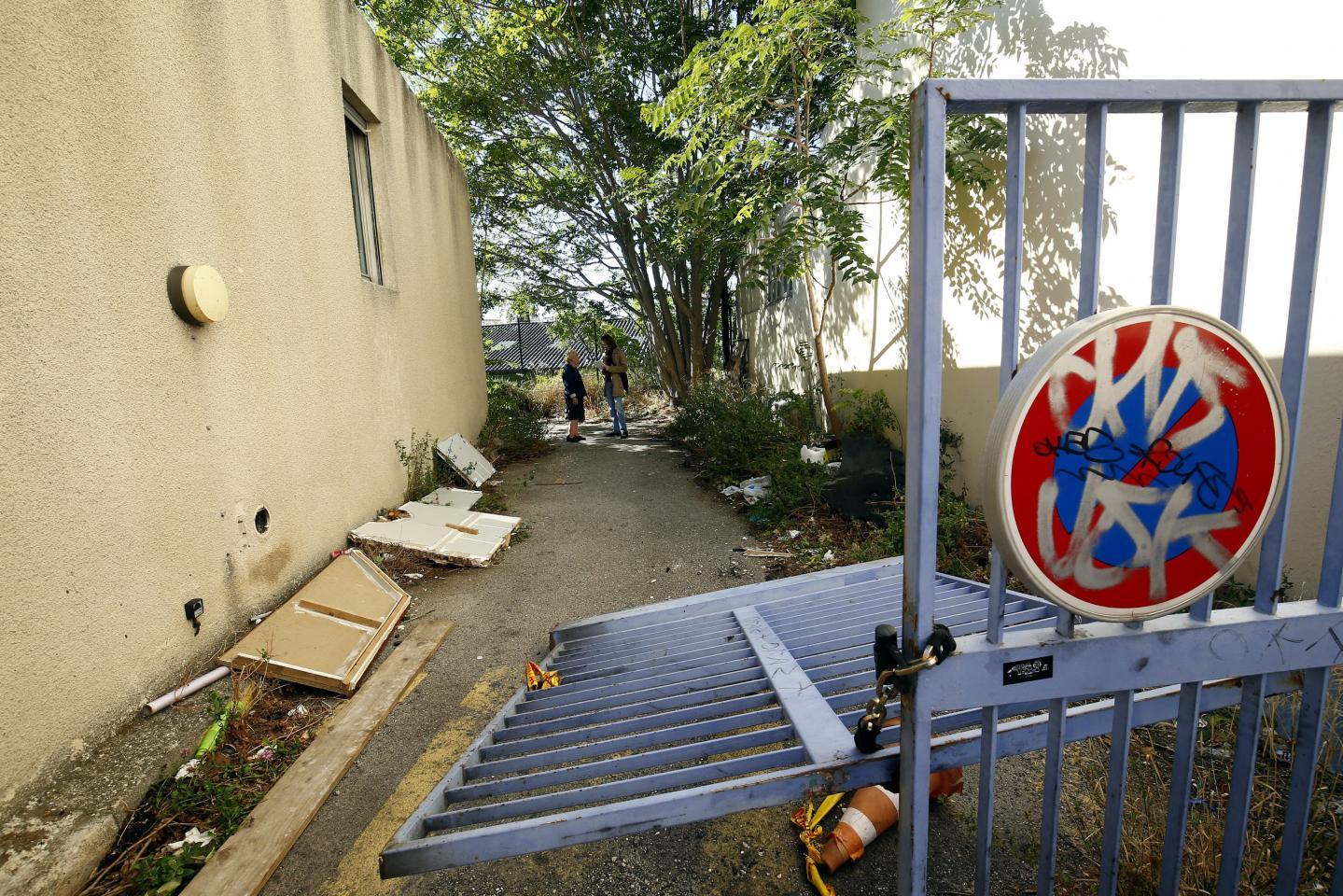 Le portail, défoncé lors d'une intervention des pompiers.