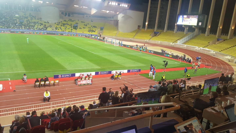 Si le parcage visiteur est vide, les supporters turcs ne manquent pas en tribunes.