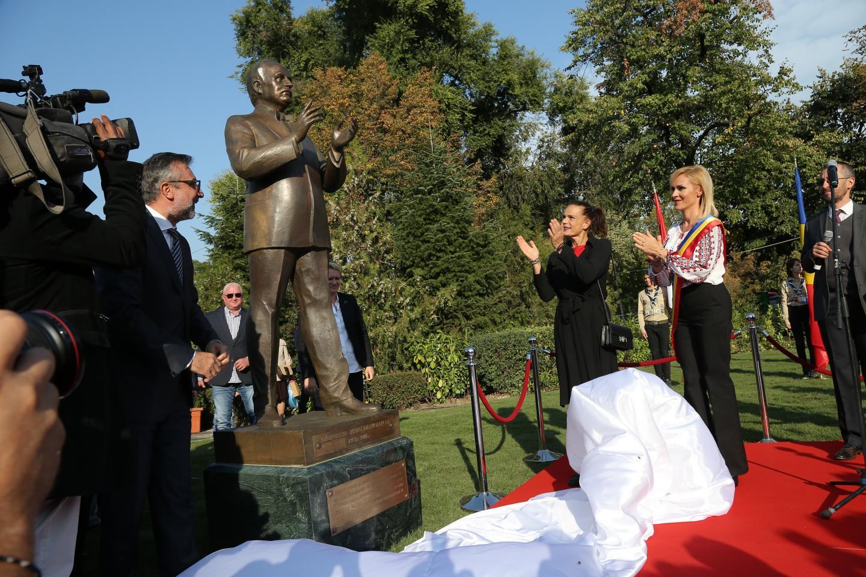 La statue de l'ancien souverain fait partie d'un ensemble monumental sur cette place.