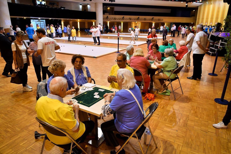 Concentration demandée aux tables de belote, où la plaisanterie n'était pas de la partie.