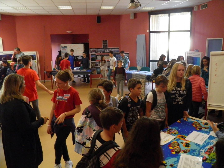 Les élèves ont été très attentifs aux explications et expériences ponctuant cette journée scientifique.
