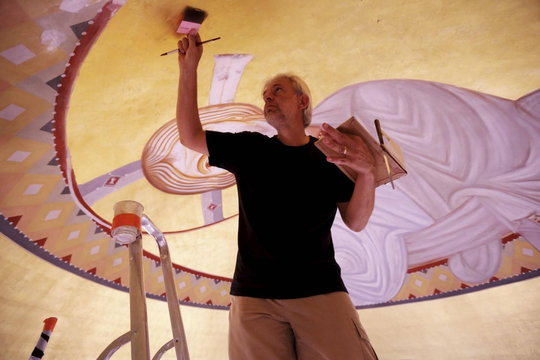 Habileté et concentration sont nécessaires à l'artiste pour créer des fresques d'une grande finesse.