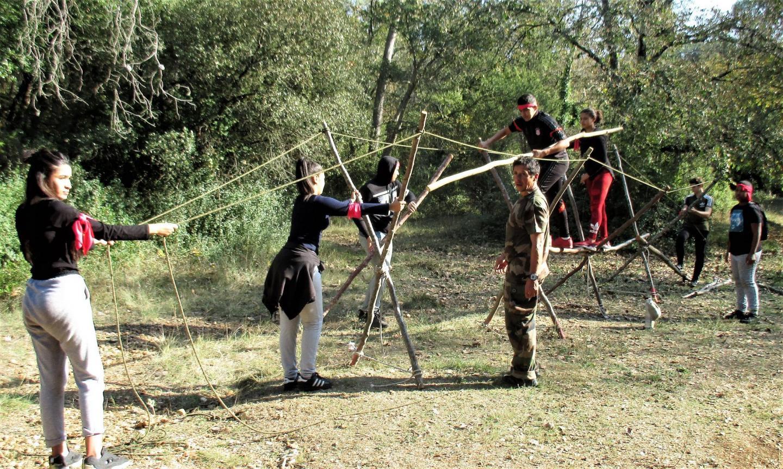 Le pont de brousse ne tient que par la conjonction et la coordination des efforts de l'équipe.