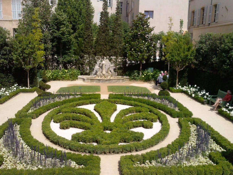 La rigueur géométrique du jardin à la française de l'Hôtel de Caumont.