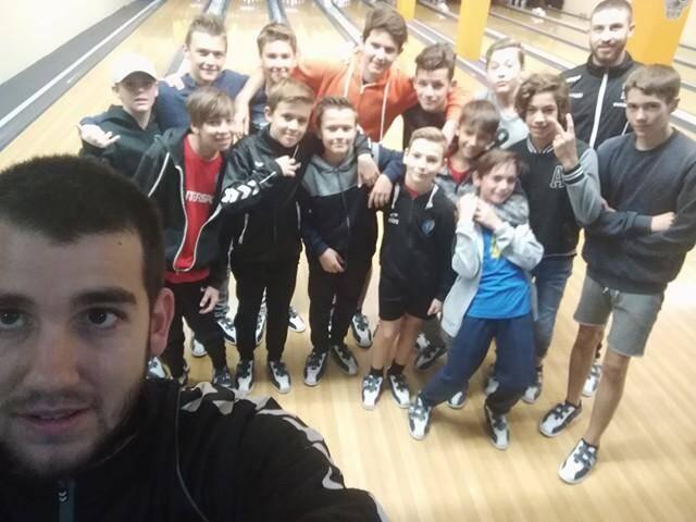 Petit selfie au bowling et quelques strikes pour les jeunes handballeurs.