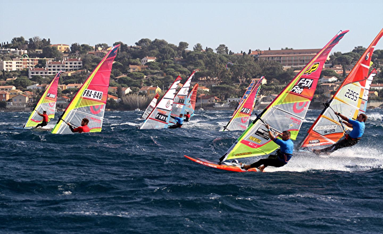 Les concurrents ont joué avec les caprices du vent. Vendredi, celui-ci a parfois soufflé jusqu'à 40 nœuds (comme ci-dessus au départ de la quatrième course).