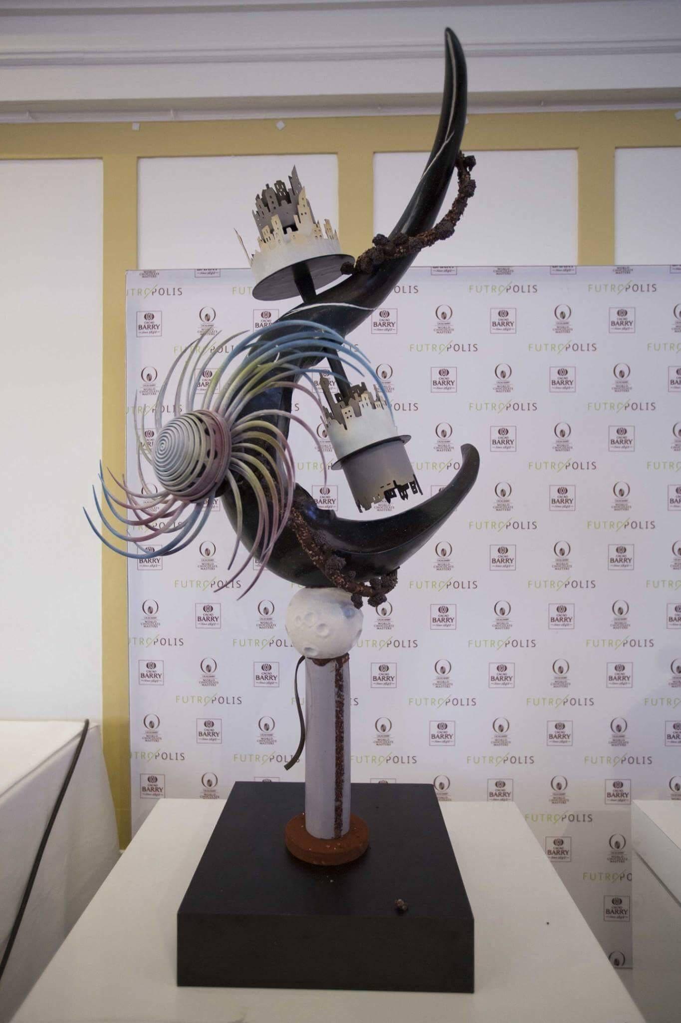 Une des pièces en chocolat réalisées par Quentin Béchard au World Chocolate Master. le thème était « Futuropolis, la ville du futur inspirée par la pâtisserie ».