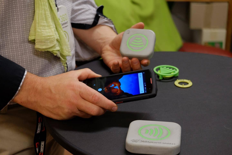 Le système fonctionne avec la technologie NFC sans contact. Et même pas besoin de télécharger d'appli...