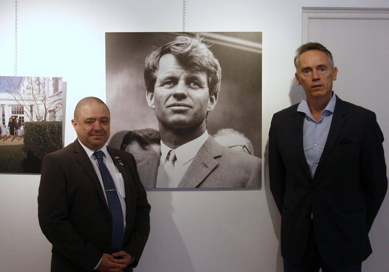 Sur la photo, (à gauche) Thierry Chevallier, président de l'association France Etats Unis délégation  French Riviera et Frédéric Lecomte-Dieu, commissaire de l'exposition lors du vernissage.