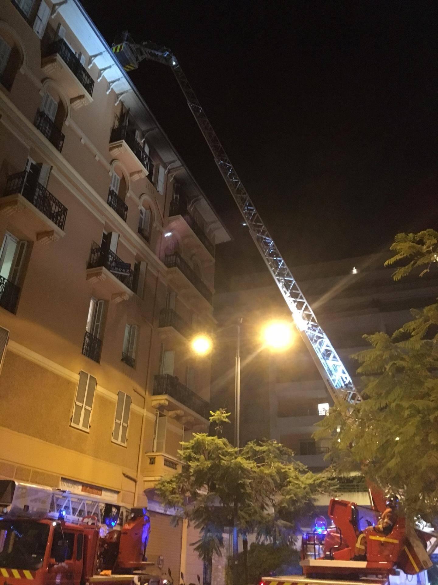 Les pompiers de Monaco ont du faire usage de la grande échelle pour délivrer une mère et sa fillette des flammes de leur logement.
