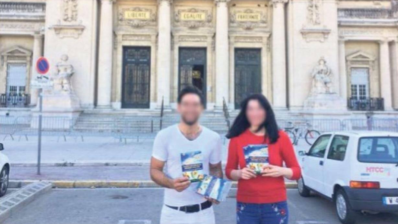 Sur son réseau social, en date du 8 octobre, le prédicateur turc diffuse ce cliché montrant deux adeptes de cette théorie créationniste posant avec son ouvrage devant le tribunal de Toulon.