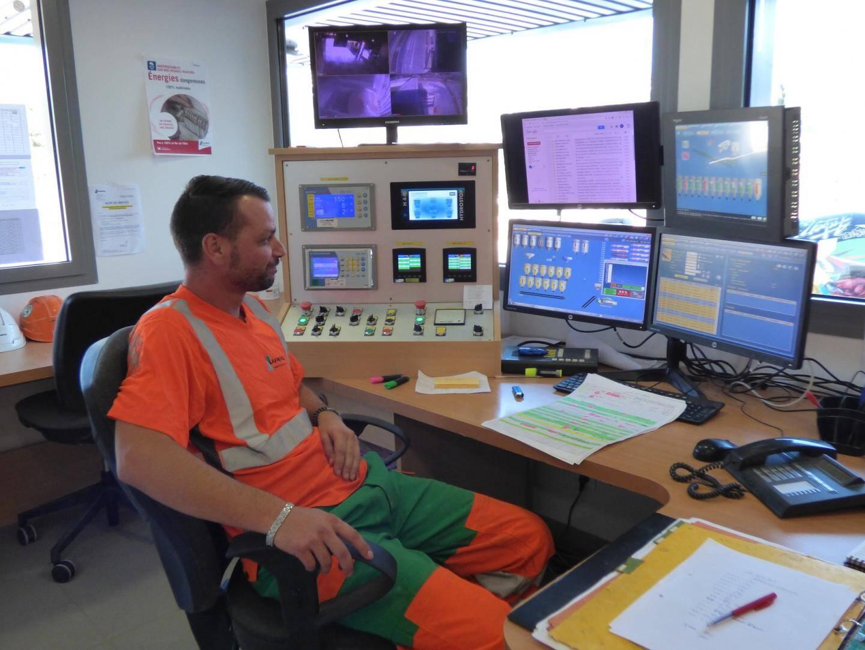 Depuis son poste de contrôle, le centraliste lance les commandes, la fabrication, organise le transport et supervise toute l'activité de la centrale : les silos, les tapis de transport, les lieux de chargement.
