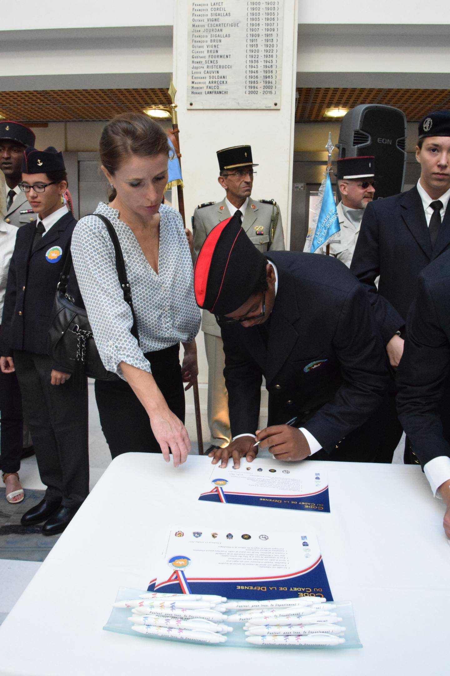 Ci-dessus : une signature de la charte. À droite : le colonel Érick Landes, délégué militaire départemental, et Marc Giraud, président du conseil départemental.