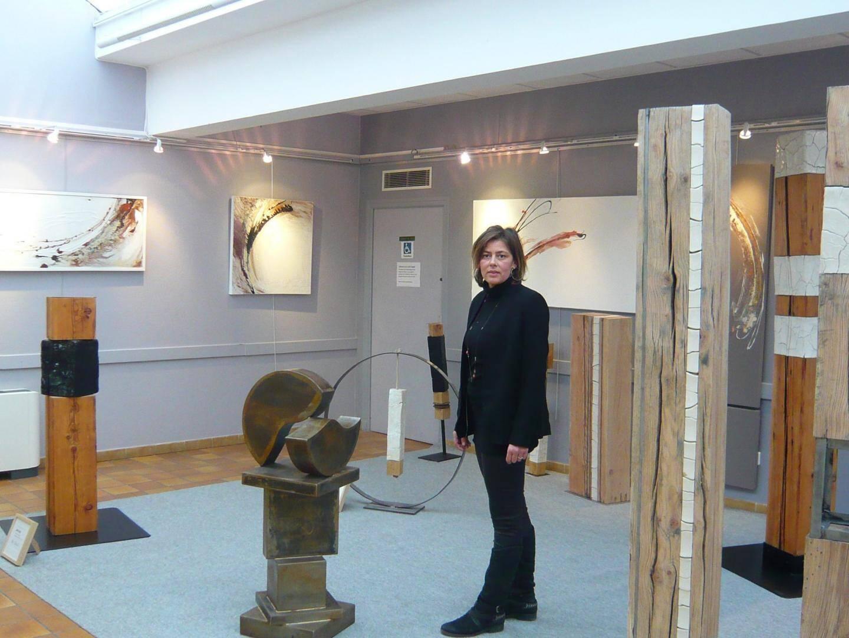 Sophie Olivier au milieu de ses totems.